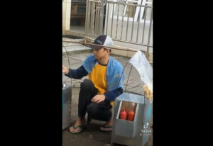 Viral pedagang bakso mirip Stefan William. (YouTube/Aabe Channel)